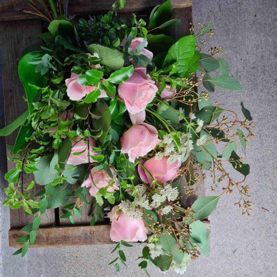 rosa rosor begravningsbukett