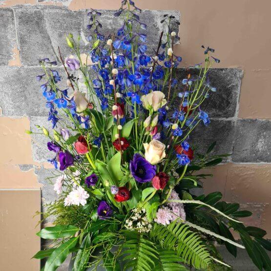 blå begravningsblommor