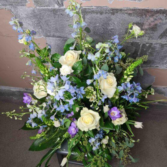 ljusblå begravningsblommor